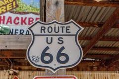 Stary trasy 66 znak przy Hackberry Ogólnym sklepem Zdjęcie Royalty Free