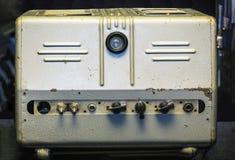 Stary tubka amplifikator w kruszcowej skrzynce zdjęcie stock