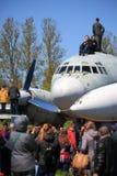 Stary turbośmigłowy samolot transportowy i ludzie Zdjęcie Royalty Free