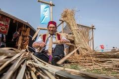 Stary Turecki mężczyzna robi tradycyjnemu łozinowemu koszowi obraz royalty free