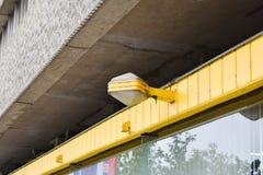 Stary typ latarnia uliczna latarnia uliczna na żółtym tle obrazy royalty free