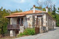 Stary typowy tradycyjny kamienia dom, NIKITI, CHALKIDIKI, GRECJA zdjęcia royalty free