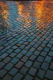 Stary ulica brukowa abstrakta tło Moczy kamienie W wieczór Obrazy Stock