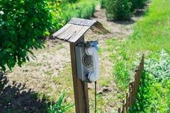 Stary uliczny dysk depeszujący telefon Wioski telefoniczny budka obrazy stock