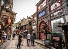 Stary uliczny widok w Phoenix antycznym miasteczku z wejściem Tianhou pałac w Fenghuang Hunan Chiny zdjęcia stock
