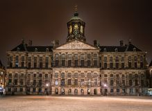 Stary urząd miasta i pałac królewski teraz Buduje Napoleon w 1800s nocą obraz royalty free