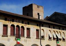 Stary urząd miasta z kwiatami w Oderzo w prowinci Treviso w Veneto (Włochy) Zdjęcia Stock