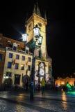 Stary urząd miasta z sławnym astronomicznym zegarem przy nocą, Praga Fotografia Royalty Free