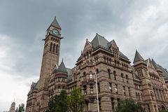 Stary urząd miasta Toronto przeciw chmurnemu niebu Fotografia Stock