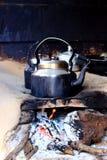 Stary uwędzony metalu garnek na drewnianej grabie podczas gdy gotujący indyjskiej herbaty kuchnia plenerowa Zdjęcie Royalty Free