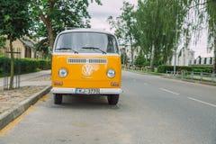 Stary Volkswagen autobus przy ulicą Miastowa miasto fotografia 2016 Obrazy Stock
