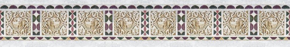 Stary włoch rzeźbiąca kamień rama z geometrycznego i ulistnienia kształtem brać od średniowiecznego fryzu fasada Pisa katedra zdjęcia stock