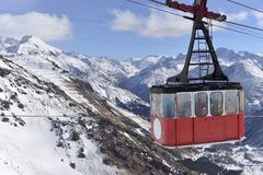 Stary wagon kolei linowej wspinać się Elbrus na Pogodnej zimie zdjęcie royalty free