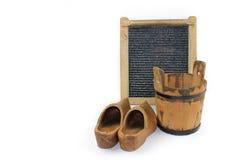Stary washboard, drewniany wiadro, buty - biały tło Zdjęcia Stock