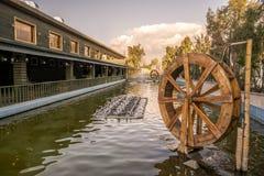 stary waterwheel w wodzie obraz stock