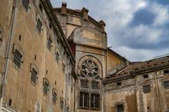 Stary więźniarski budynek przeciw niebieskiemu niebu zdjęcie royalty free