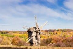Stary wiatraczek na tle las i niebo Obrazy Stock