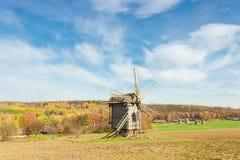 Stary wiatraczek na tle las i niebo Zdjęcia Royalty Free