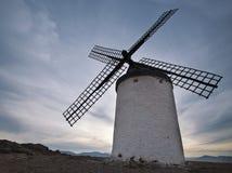 Stary wiatraczek przy zmierzchem w Consuegra Zdjęcia Royalty Free