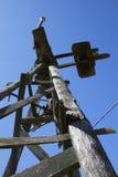 Stary wiatraczek sylwetkowy przeciw niebieskiemu niebu Obraz Royalty Free