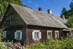 Stary wiejski dom zakrywający z eternitu dachem Obraz Stock