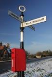 Stary wiejski drogowy znak z postbox, Fotografia Royalty Free