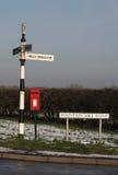 Stary wiejski drogowy znak z postbox, Obrazy Royalty Free