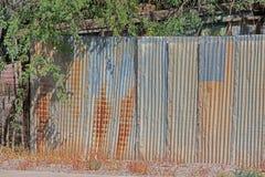 Stary wielo- barwiony panwiowy metalu ogrodzenie i nadwiesić gałąź obraz stock