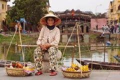 Stary Wietnamski Owocowy sprzedawca w Hoi, Wietnam Obrazy Stock