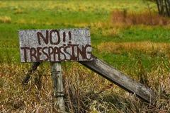 Stary Wietrzał Żadny Trespassing znaka obrazy royalty free
