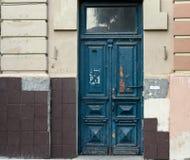 Stary wietrzejący błękitny drzwi Fotografia Royalty Free