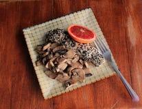Stary, wietrzejący drewno stół z wzorzystego półkowego mienia łososiowymi filetami, i pieczarki dla gościa restauracji Zdjęcia Royalty Free