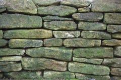 Stary wietrzejący nieociosany kamiennej ściany tło Zdjęcia Royalty Free