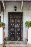 Stary wietrzejący rzeźbiący tradycyjny zanzibarian drzwi Obrazy Stock