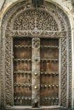 Stary wietrzejący rzeźbiący tradycyjny zanzibarian drzwi Zdjęcia Royalty Free