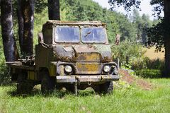 Stary wietrzejący wojskowy przewozi samochodem Obrazy Stock