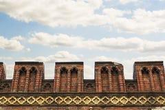 Stary wojenny odprowadzenie na fortecznej ścianie dla ruchu, przegląd i ochrona terytorium, zbliżenie przeciw błękitowi zdjęcie stock