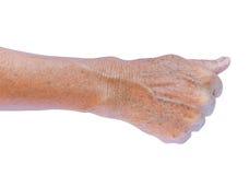 Stary woman& x27; s ręka z zmarszczeniami na ręce z białym tłem, kawaler Fotografia Royalty Free