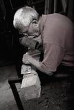 Woodcarver pracuje z dobniakiem i chiesel Fotografia Royalty Free