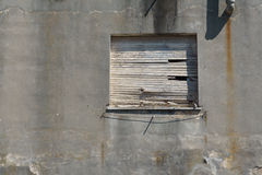 Stary wsiadający w górę okno w betonowej ścianie Zdjęcie Stock