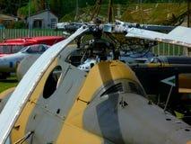 Stary wycofujący stopniowo militarny wyposażenie w dżonka jardzie z helikopterem zdjęcie royalty free