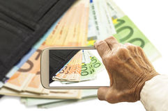 Stary wyga bierze obrazek portfel z euro banknotami na mądrze Zdjęcia Stock