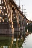 Stary wyginający się kolejowy most nad rzeczny Zaporoskim dnepropetrovsk Obrazy Stock