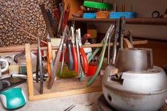 Stary wykonuje ręcznie wyposażenie na stołowym tle Craftsmaking i biżuterii produkcja Złotnika zawód zdjęcia royalty free
