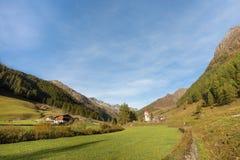 Stary wysokogórski kościół przy końcówką Ahrntal dolina, Włochy Zdjęcie Royalty Free