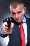 Stary zabójca wskazuje jego armatniego w kostiumu i krawacie Fotografia Royalty Free
