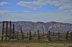 Stary zachodni corral i pasmo górskie Obraz Royalty Free