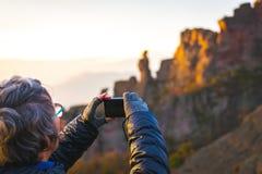 Stary zafrachtuje robi fotografii scenicznym górom zdjęcia royalty free