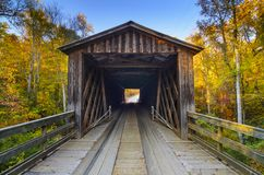 Stary Zakrywający most w sezonie jesiennym Zdjęcie Royalty Free
