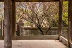 Stary zakrywający pawilon za betonową ścianą Zdjęcia Royalty Free